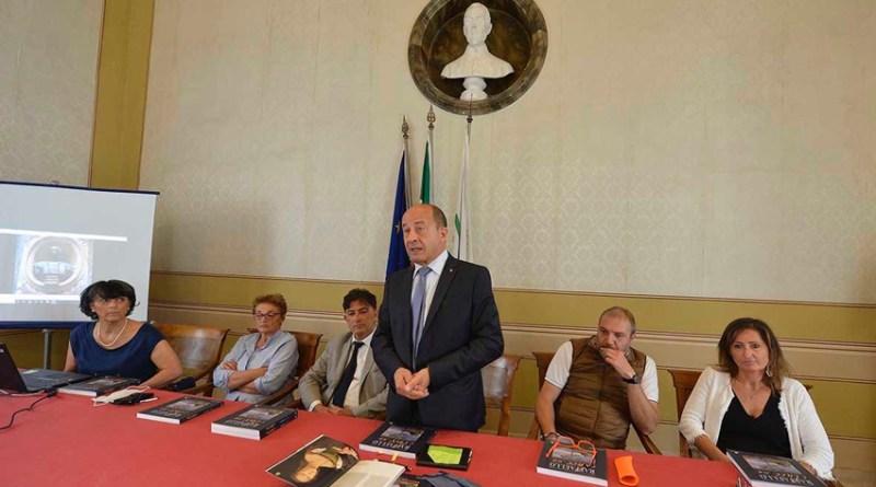Con un bellissimo volume la Confcommercio di Pesaro Urbino rende omaggio a Raffaello