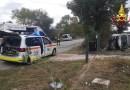 Finisce contro un cancello con l'auto che si ribalta: estratto dai vigili del fuoco