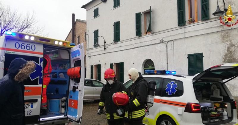 Appartamento in fiamme, anziano soccorso e trasportato in ospedale