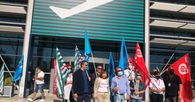Davanti all'aeroporto di Falconara esplode la protesta dei sindacati