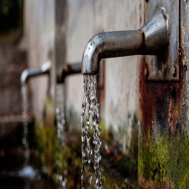 agua brotando de una fuente en la pared