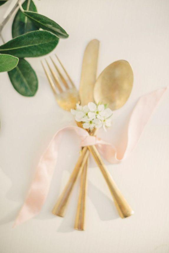 Inspirations pour un mariage doré | Détails Couverts dorés | présenté par La Mariée Sous Les Etoiles