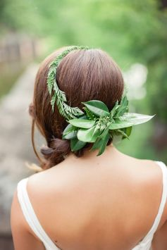 Couronne de fleurs Mariage _ Photography Brooke Michaelson Photography via 100 Layer Cake