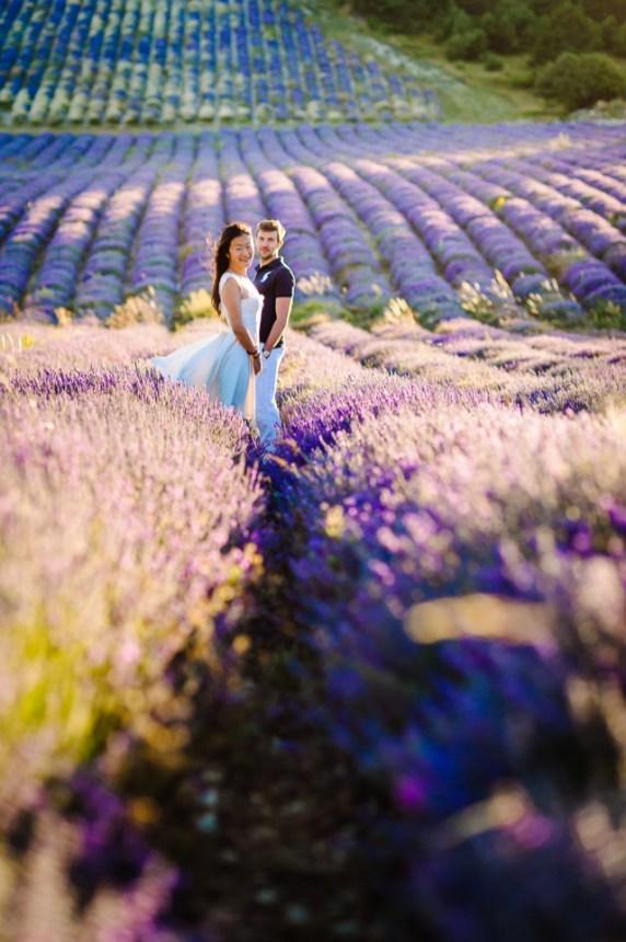 Séance engagement aux couleurs de lavande | Photo Johanna Marjoux | Blog La Mariée Sous Les Etoiles