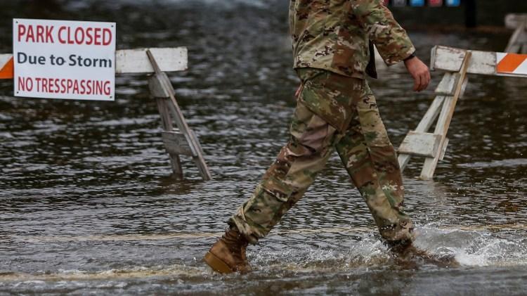 Un miembro del Ejército de EEUU recorre las zonas de las inundaciones cerca del complejo Union Point Park, Carolina del Norte. REUTERS / Eduardo Muñoz