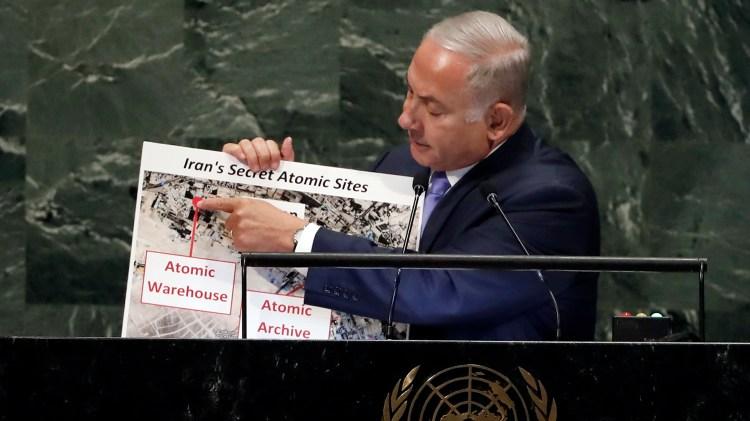 Benjamin Netanyahumuestra el almacén nuclear secreto en Teherán (AP Photo/Richard Drew)