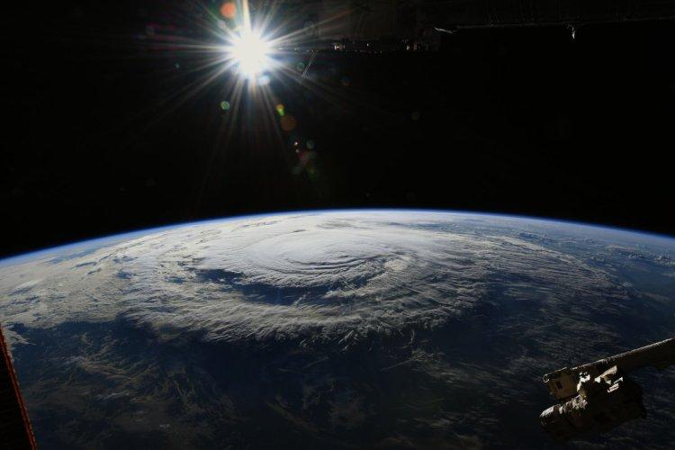 El momento que el huracán tocó tierra desde el espacio. Foto: @astro_ricky desde la Estación Espacial Internacional