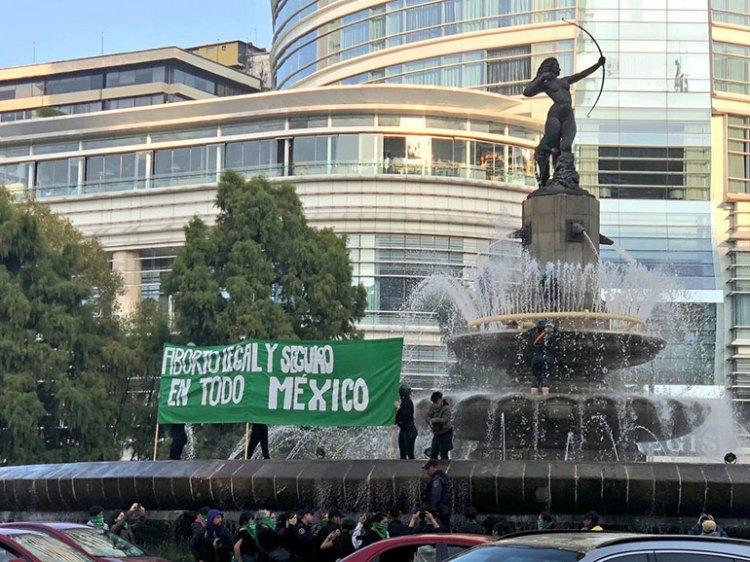 Las activistas desplegaron una manta en apoyo a la legalización del aborto. (@ruidoenlared)
