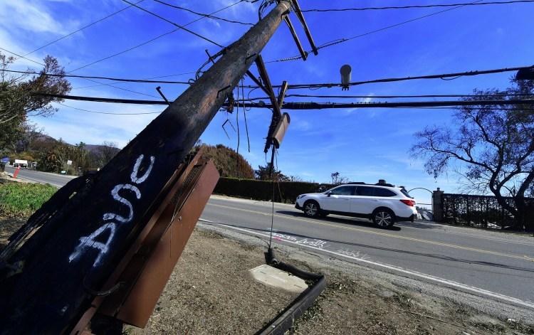 Postes del tendido eléctrico fueron derrivados, lo que hará más difícil el retorno a la normalidad en la zona