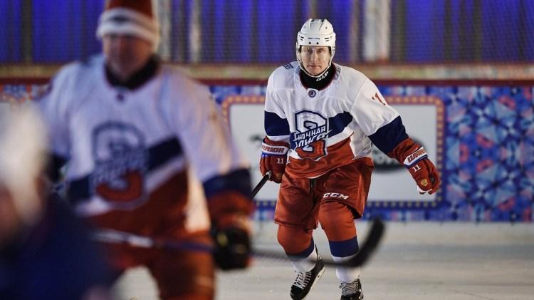 El presidente Vladimir Putin jugando al hockey sobre hielo (REUTERS)
