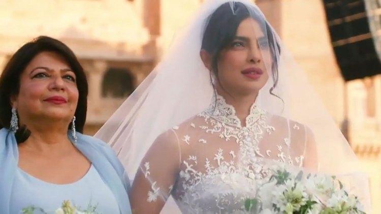 Priyanka Chopra fue escoltada hacia el altar por su madre