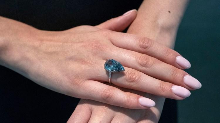 Anillo de diamante azul vívido de 10,62 quilates, de un valor entre los 20 y 30 millones de dólares, parte de la subasta Lady Blue Eyes: propiedad de Barbara y Frank Sinatra (Photo by Don EMMERT / AFP)