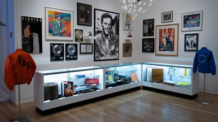 Los recuerdos de Sinatra se muestran en Sotheby's desde el 30 de noviembre de 2018 en Nueva York (Photo by Don EMMERT / AFP)
