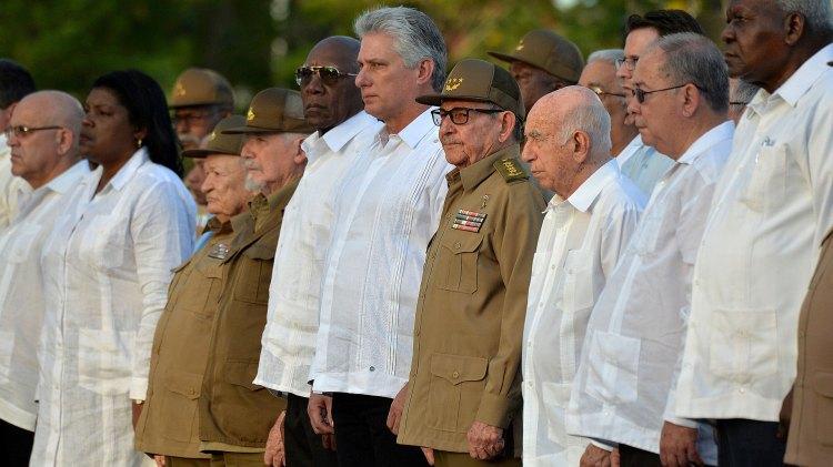 El presidente Miguel Díaz-Canel junto con su predecesor, y autoridad máxima del Partido Comunista Cubano, Raúl Castro, en la ceremonia del 60 aniversario. (Reuters)