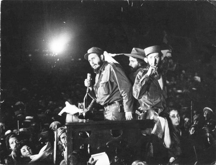 Fidel Castro en losalboresde la revolución,junto a Camilo Cienfuegos (quien pronto moriría de manera misteriosa) y Huber Matos (quien pasaría 20 años encarcelado antes de exiliarse).