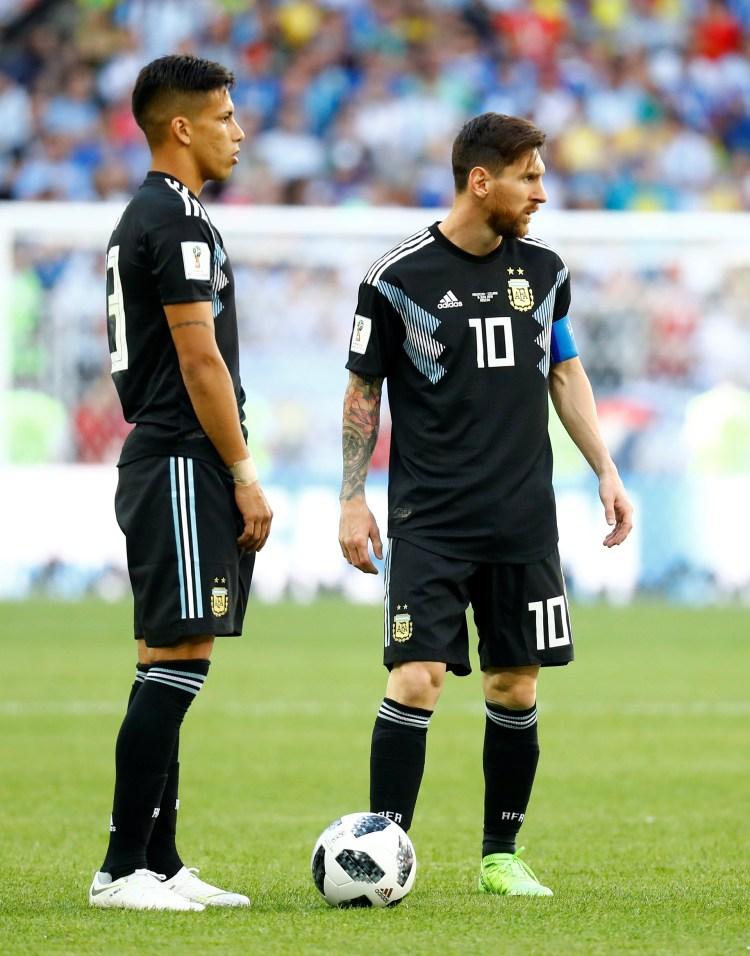 Maxi Meza y Messi en el juego contra Islandia durante el Mundial de Rusia (REUTERS/Kai Pfaffenbach