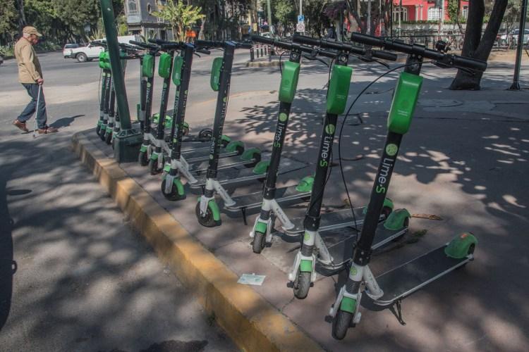 """El servicio de préstamo de bicicletas y patines """"scooters"""" amplían la oferta de movilidad vial a los capitalinos (FOTO: Cuartoscuro)"""