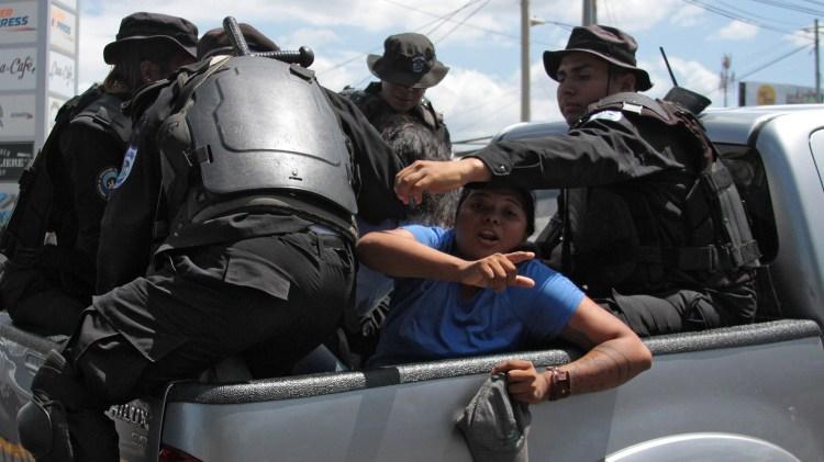 La policía del régimen de Daniel Ortega detiene a un manifestante. (Photo by Maynor Valenzuela / AFP)