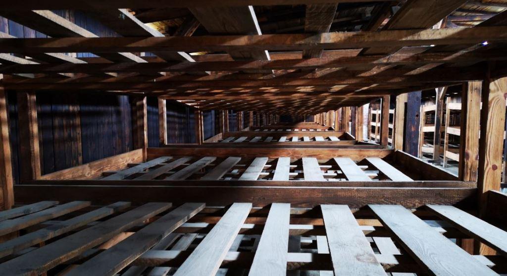 Letti nelle baracche di legno