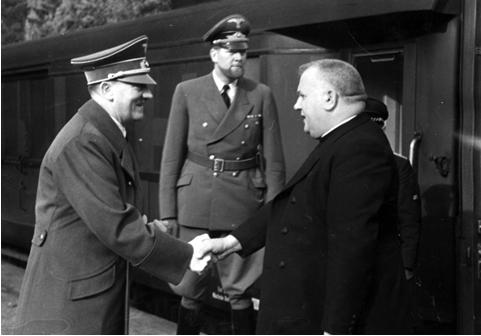 Foto ritraente Adolf Hitler mentre stringe la mano a Jozef Tiso