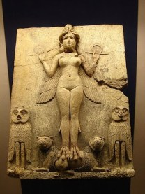 """Placa de terracota paleobabilónica, 1894- 1595 a.c., que podría corresponder a Lilîtu (Alternativa la diosa Ishtar como """"Estrella de la Noche""""..). Aparece flanqueada por dos búhos, símbolo de la noche, y coronada como diosa-demonio, sosteniendo los signos divinos de la cuerda y la vara de medir. British Museum."""