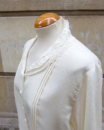 Blusa crema con doble cuello bordado