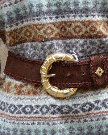 Cinturón de ante y hebilla dorada grande