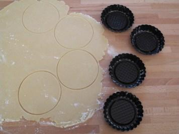 Mini crostate con pere, noci, fichi secchi e amaretti