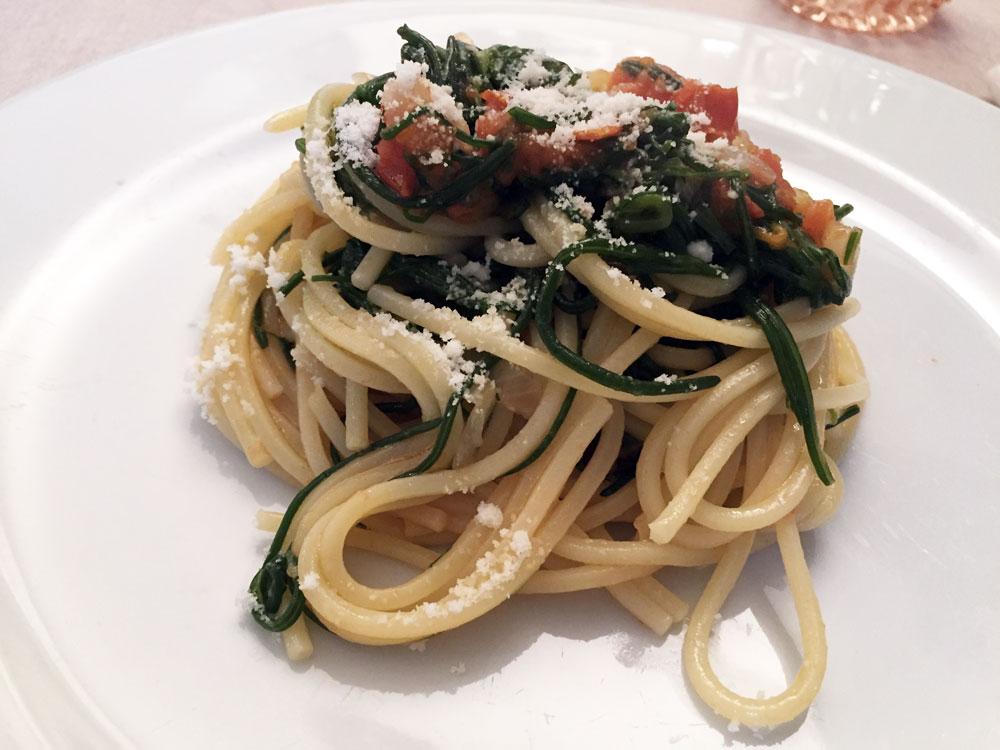 Spaghetti con barbe di frate, pomodorini e pecorino