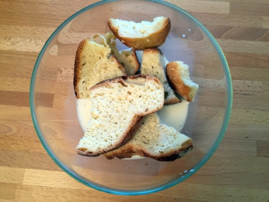 Torta di pane con pere, arance e cioccolato