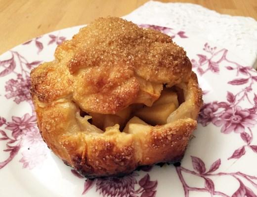 Il fagottino di pasta sfoglia con mele, composta di cotogne e amaretti