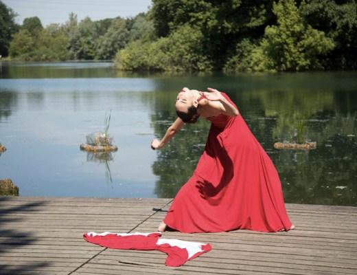 Beatrice balla sull'acqua