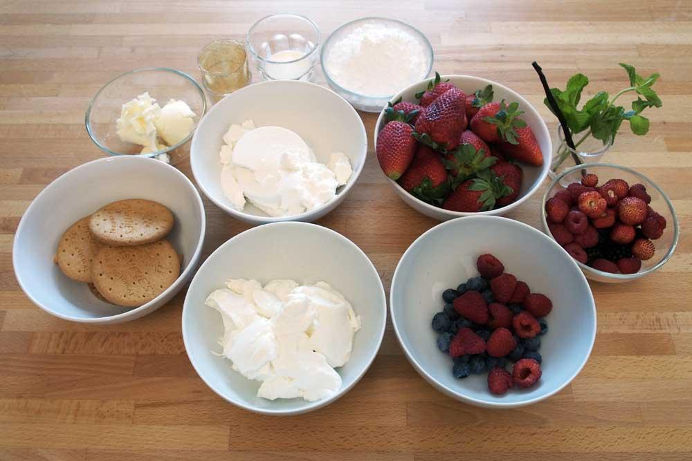 Cheesecake con gelatina di fragole e frutti di bosco