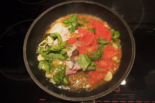 Pasta con sugo di sogliola, broccoletti e pomodori