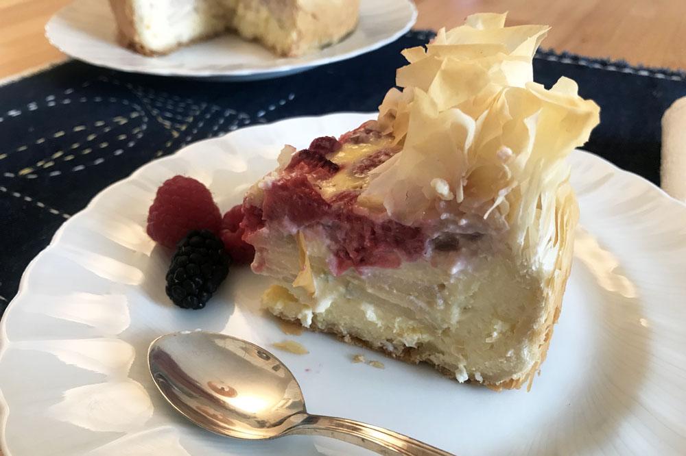 Torta di pasta fillo con fragole e lamponi