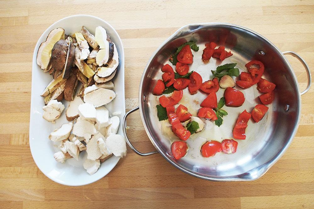 Faraona al forno con funghi e pancetta