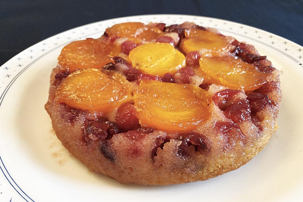 Torta rovesciata di ciliegie e albicocche