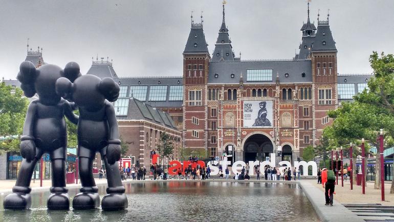 fachada Rijksmuseum y letras amsterdam