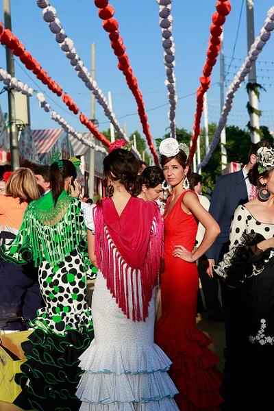 mujeres vestidas para la feria de abril en sevilla