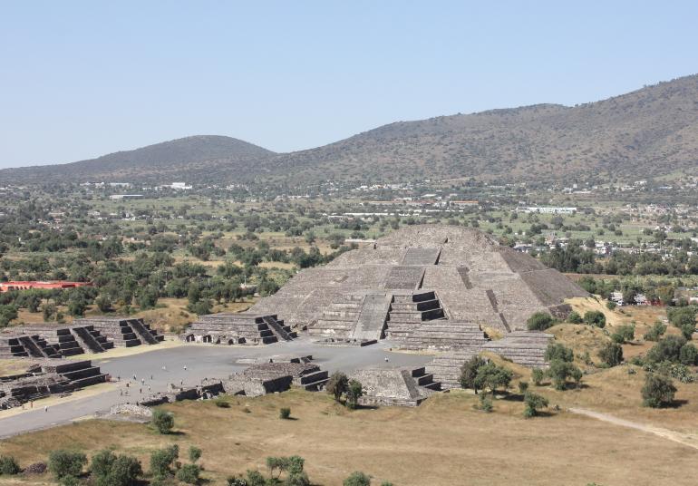 piramide de la luna desde la piramide del sol