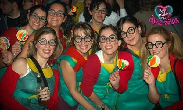 Chicas disfrazadas durante Noche de la Nostalgia en el Museo del Carnaval