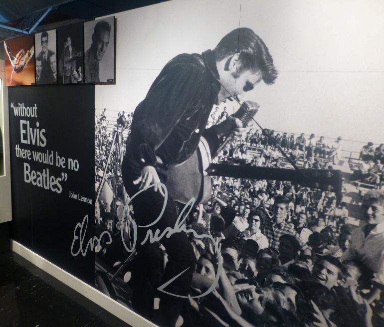 Cartel de Elvis en el museo the beatles
