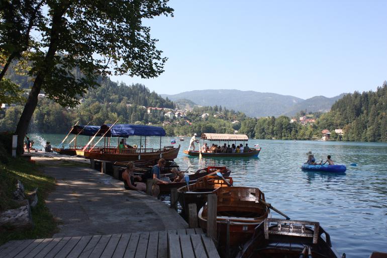 barcas de alquiler en el lago bled