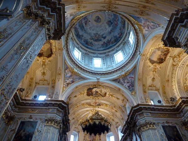 Frescos italianos del interior del Duomo de Bérgamo