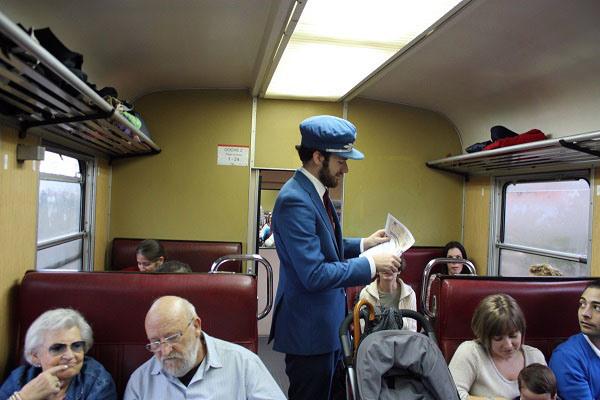 El revisor del Tren Río Eresma pide los billetes a los pasajeros
