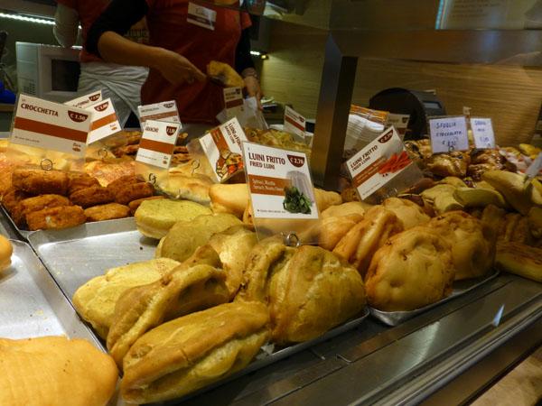 Comer un panzerotti de Luini es una de las mejores alternativas al Duomo en Milán