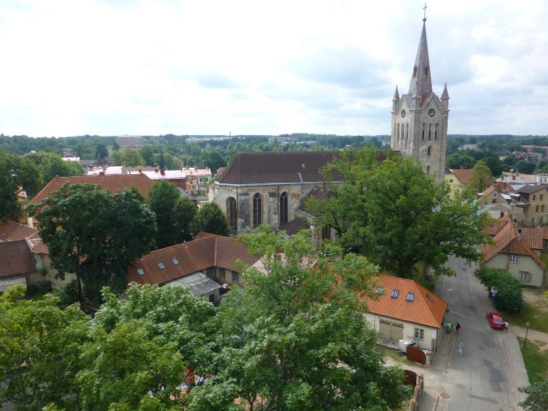 vistas del casco antiguo de cesis desde la torre del castillo nuevo