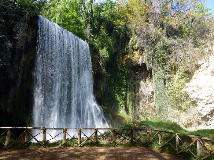 cascada caprichosa del parque natural del monasterio de piedra