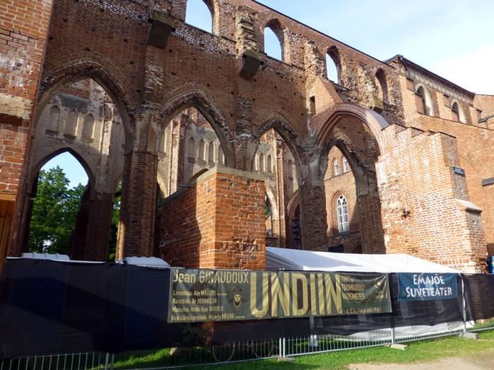 ruinas-de-la-catedral-de-tartu-en-el-parque-Toomemagi-estonia