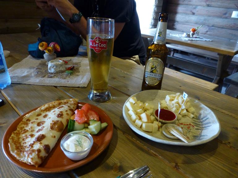 crepe, tabla de quesos estonios y cerveza artesanal en isla de saaremaa